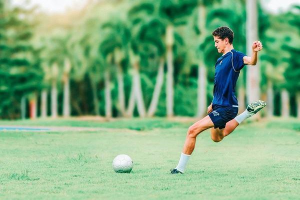 how to kick a soccer ball scottfujita 2