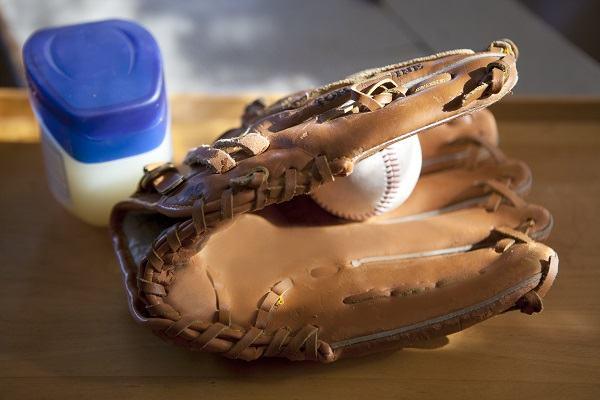 how to oil a baseball glove 4
